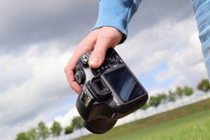 un homme tenant un appareil photo