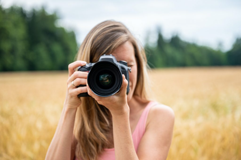 femme prennant des photos
